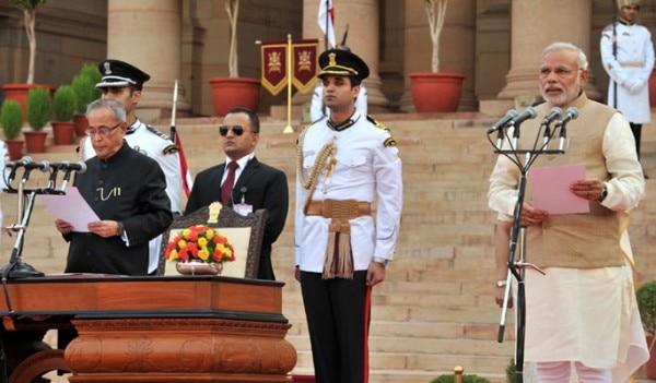 प्रधानमंत्री पद की शपथ लेते हुए नरेंद्र मोदी