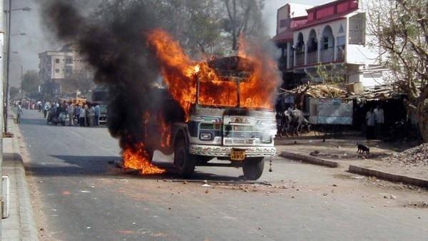 दंगाई भीड़ ने जो मिला, जहां मिला, उसे नुकसान पहुंचाया. सड़क पर जलता एक ट्रक
