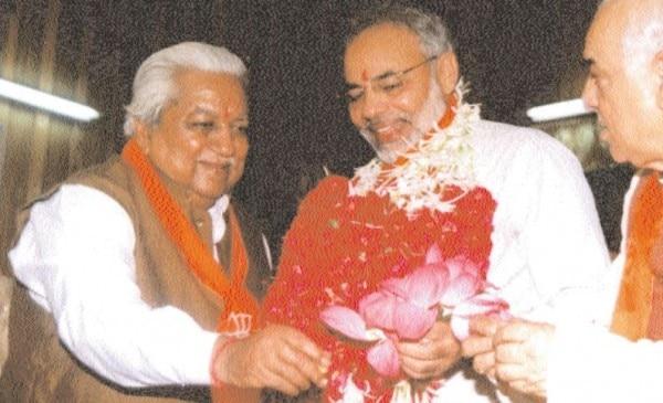 मुख्यमंत्री बनने के बाद नरेंद्र मोदी को कमल भेंट करते केशुभाई