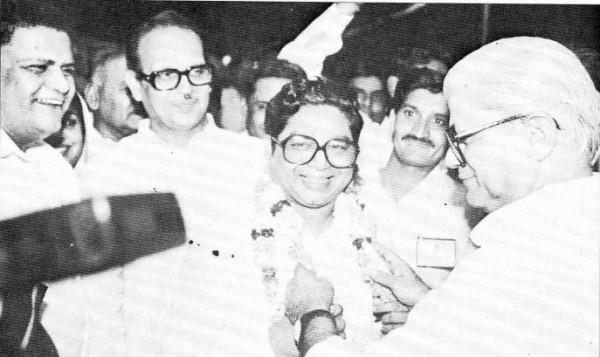 मुख्यमंत्री चुने जाने के बाद अमर सिंह चौधरी को माला पहनाते माधव सिंह सोलंकी. पीछे खड़े हैं वीपी सिंह