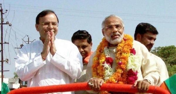 2002 में गुजरात गौरव यात्रा के दौरान मोदी. उनके बगलगीर हैं अरुण जेटली