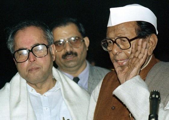 प्रणब मुखर्जी और सीताराम केसरी के इशारे पर प्रदेश कांग्रेस ना चाहते हुए भी पारीख को समर्थन देने पर मजबूर थी