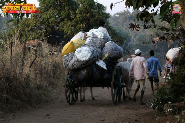 डेडियापाड़ा में पड़ने वाले खेड़ाअम्बा में रहने वाले सति पति आदिवासी भारत सरकार को नहीं मानते (फोटोःविनय सुल्तान / दी लल्लनटॉप)