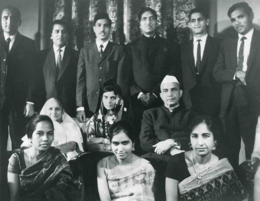परिवार के साथ चौधरी चरण सिंह.