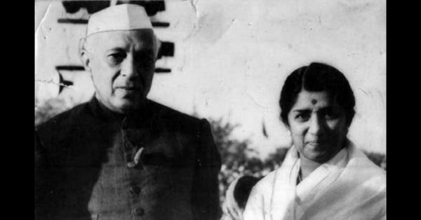 गाना खत्म करने के बाद नेहरू से मिलतीं लता.