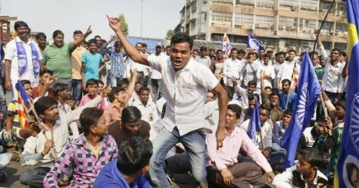 भीमा-कोरेगांव की हिंसा के बाद प्रदर्शन करते दलित
