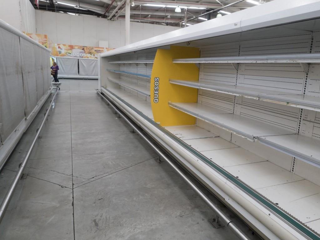 ये एक सुपरमार्केट की तस्वीर है. रैक खाली पड़े हैं.