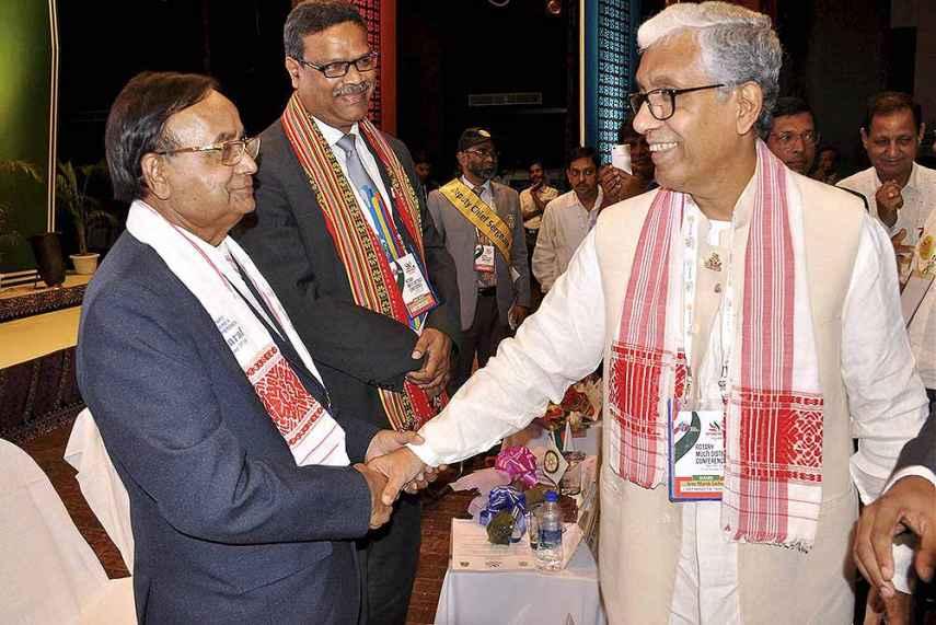 विदेश से तालमेल. माणिक सरकार बांग्लादेश के रेलमंत्री मज़ीबुल हक के साथ. (फोटोःपीटीआई)