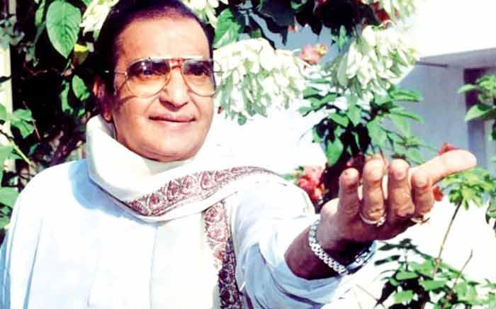 एन टी रामा राव तेलुगू फिल्मों के सुपरस्टार थे. जब फिल्म छोड़कर राजनीति में घुसे, तब भी जनता ने दिल खोलकर उन्हें अपनाया.