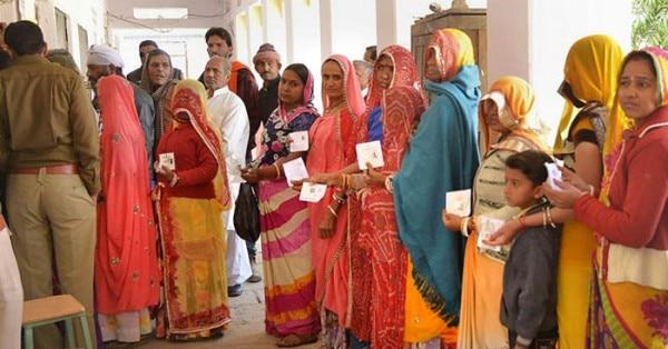 अजमेर उपचुनाव में वोट डालने के लिए खड़े लोग