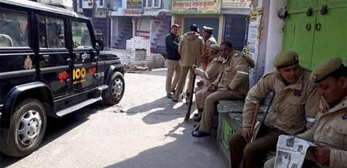 कासगंज में विवाद के बाद तैनात पुलिस.