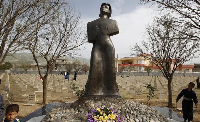 1988 में हुए इस बेहद क्रूर केमिकल अटैक में मारे गए लोगों की याद में बना स्मारक. ईरान-इराक युद्ध के दौरान कुर्दों के ऊपर खूब जुल्म हुए. हजारों कुर्द गांव उजड़ गए. मारे गए. ये एक भीषण नरसंहार था.
