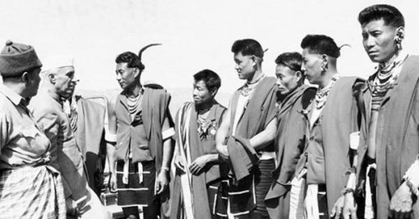 मार्च 1953 में कोहिमा में नागा ट्राइबल्स के साथ बातचीत के दौरान प्रधानमंत्री पंडित जवाहरलाल नेहरू