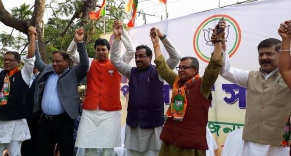 राम माधव की उपस्थिति में कांग्रेस से पाला बदलकर बीजेपी में आते रतन लाल नाथ