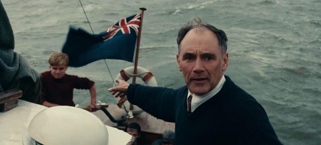 मि. डॉसन (मार्क राइलेंस) अपने बेटे के साथ डनकर्क के तट पर सैनिकों को लेकर लौटने को हैं कि आसमान से जर्मन सेना का विमान देख लेता है और उनकी तरफ बढ़ रहा है.