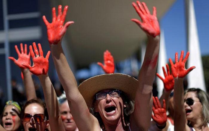 ये ब्राजील के रियो डी जनेरो में रेप के खिलाफ सख्त कानून बनाने की मांग कर रही औरतों की तस्वीर है.