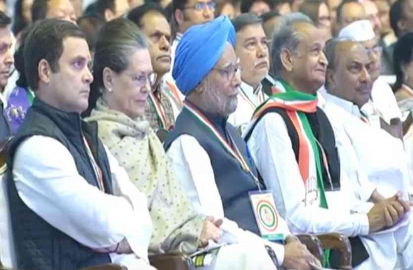 अशोक गहलोत कांग्रेस के हालिया महाधिवेशन में सोनिया गांधी के बगलगीर थे. ये उनके बढ़ते सियासी कद का गवाह है.