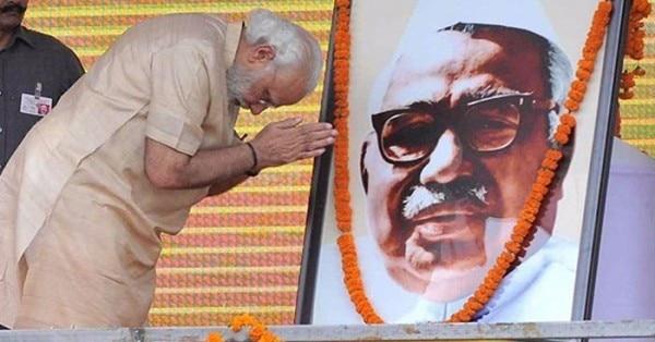 एक कार्यक्रम में बाबू जगजीवन राम की तस्वीर के सामने नरेंद्र मोदी