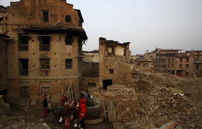 2015 का भूकंप नेपाल के लिए बहुत सारी बर्बादी लेकर आया. न केवल लोग मरे, बल्कि संपत्ति का भी बहुत नुकसान हुआ. हजारों लोग बेघर हो गए.