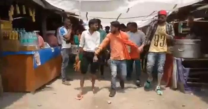 पुलिस के मुताबिक, घटना वाली जगह पर बजरंग दल और विश्व हिंदू परिषद के लोग भी जमा हो गए थे. भगवा रंग के कपड़े पहने उस आदमी ने दो लड़कों का हाथ पकड़ा हुआ है. एक तो वो है, जो लड़की के साथ था. दूसरा उस लड़के का दोस्त है. जानकारी के मुताबिक, पुलिस के आने से पहले भीड़ ने इन दोनों को पीटा था.