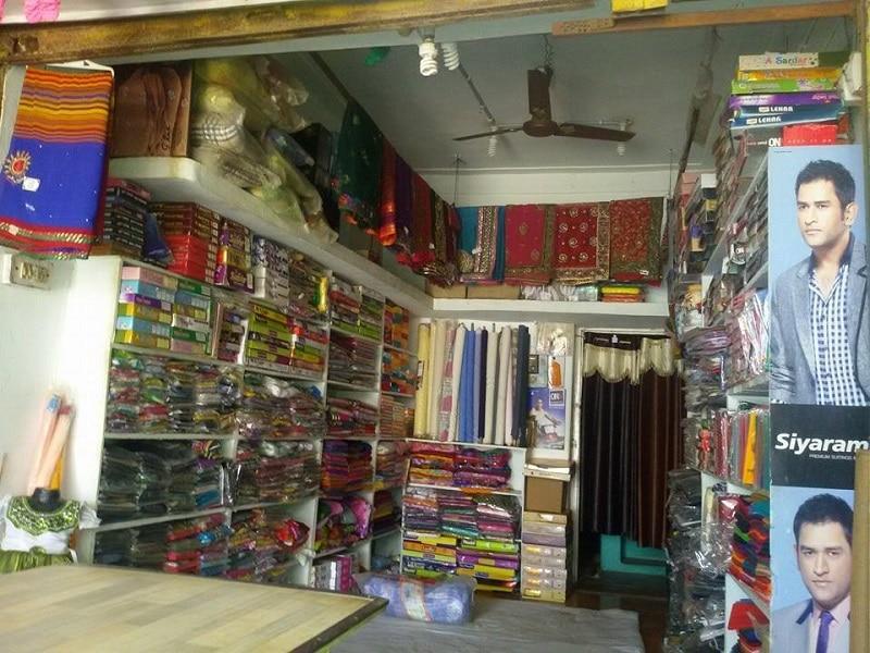 अंदर से कपड़े की दुकान