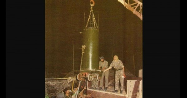 8 मई की रात पोखरण में कुएं में उतारा जा रहा एक उपकरण.