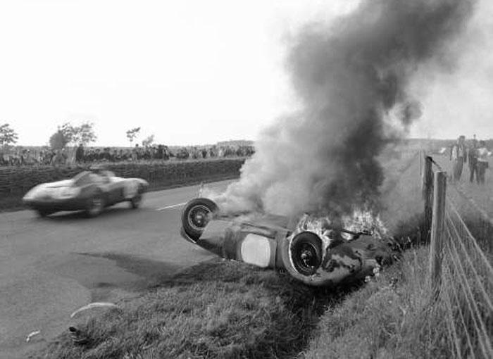 रेसिंग शुरू होने के दो घंटे बाद ही हादसा हो गया. शुरुआत हुई जगुआर के ड्राइवर की वजह से (फोटो: AP)