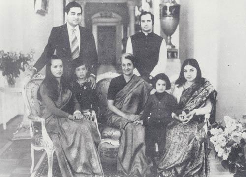 आपातकाल के मुख्य खलनायक के तौर पर याद किए जाने वाले संजय गांधी की पत्नी मेनका हर फैसले में उनके साथ रही थीं.