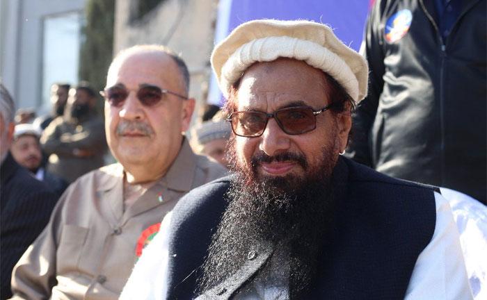 ऐसा नहीं कि बस नेता भाषण देते हों लियाकत बाग में. ये आतंकवादी हाफिज सईद है. उसकी ये तस्वीर लियाकत बाग की ही है. जहां एक रैली के दौरान उसने भाषण दिया. ये तस्वीर देखिए और समझिए. कि पाकिस्तान कहां से चलकर कहां पहुंचा है. हाफिज जैसे लोग इस्लाम को भुनाकर अपने गंदे मंसूबे पूरे कर पाते हैं, तो इसका दोष भी लियाकत के नाम से ही शुरू होता है (फोटो: ट्विटर)