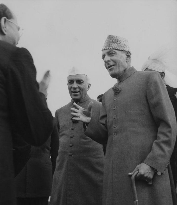 ये 28 जनवरी, 1955 की तस्वीर है. भारत के छठे गणतंत्र दिवस के जलसे में शामिल होने दिल्ली पहुंचे थे गर्वनर जनरल गुलाम मुहम्मद. उन्हीं का स्वागत हो रहा है. साथ में खड़े दिख रहे हैं जवाहर लाल नेहरू (फोटो: Getty)