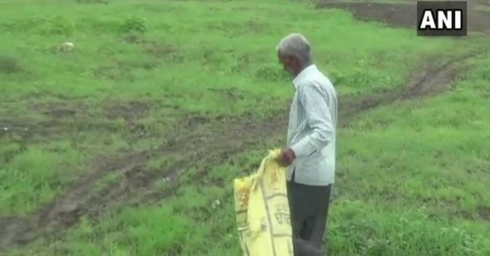 खेतों से कूड़ा-कचरा चुनते आशाराम के पिता रंजीत.