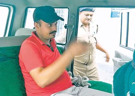 रवि रोशन की पत्नी ने मंंत्री मंजू वर्मा के पति पर गंभीर आरोप लगाए हैं.