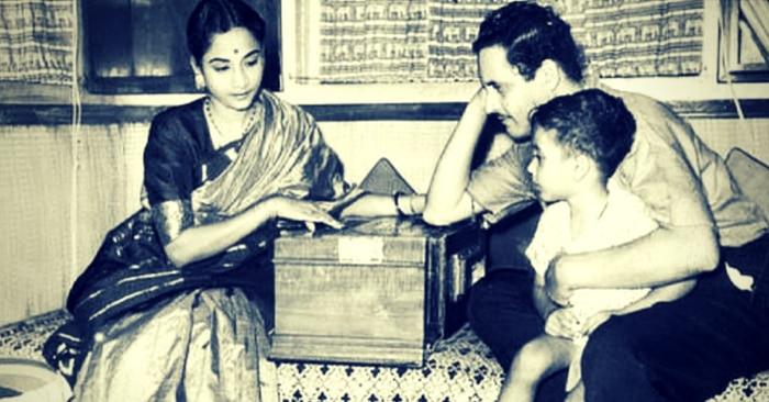 पत्नी गीता और बेटे तरुण के साथ गुरु दत्त. गुरु दत्त के कुल तीन बच्चे थे, दो बेटी और एक बेटा.