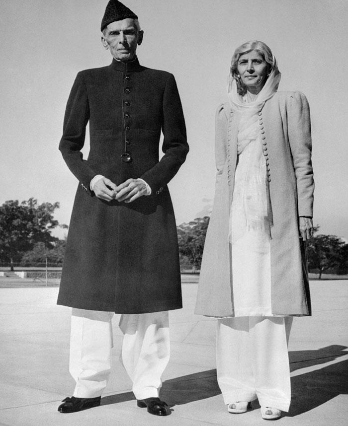 जिन्ना की पहली शादी काफी छुटपन में हुई. वो इंग्लैंड में थे, जब उनकी पहली पत्नी मर गई. बाद में उन्होंने अपने से 26 साल छोटी रतनबाई से प्रेम विवाह किया. रतनबाई की भी मौत हो गई. कहते हैं कि उन्होंने आत्महत्या कर ली थी. इसके बाद फातिमा अपना क्लिनिक बंद करके जिन्ना के साथ रहने आ गईं. वो ताउम्र अपने भाई के साथ साये की तरह जुड़ी रहीं. जिन्ना के गुजरने के बाद फातिमा की काफी दुगर्ति हुई (फोटो: Getty)