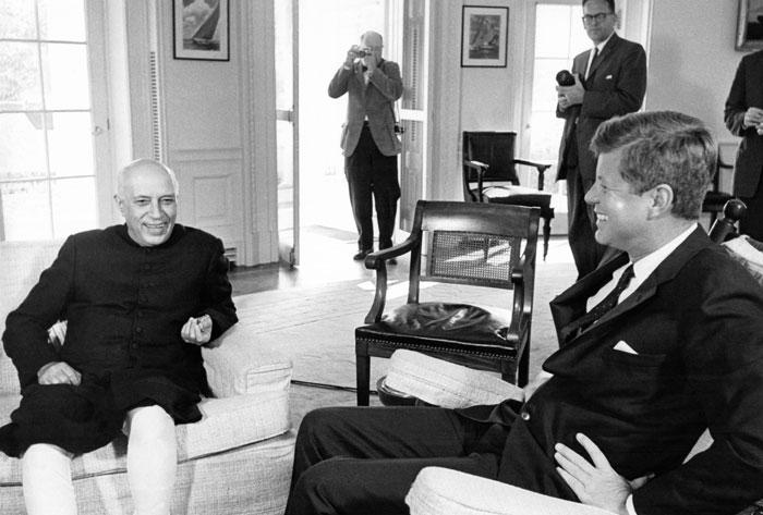 ये नवंबर, 1961 की तस्वीर है. जवाहर लाल नेहरू और जॉन एफ कैनेडी साथ बैठे हैं. नेहरू अपनी बेटी इंदिरा को साथ लेकर अमेरिका के दौरे पर गए थे. जब चीन ने भारत पर हमला किया, तो नेहरू ने फटाफट कैनेडी को एक चिट्ठी भिजवाई. नेहरू ने उनसे 12 स्क्वॉर्डन लड़ाकू विमान और एक आधुनिक रडार सिस्टम मांगा था. कहते हैं कि कैनेडी और नेहरू के बीच अच्छे रिश्ते थे (फोटो:Getty)