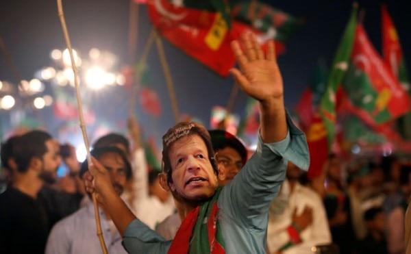 हिंदुस्तान में जैसे चुनाव बराबर त्योहार होता है, वैसा ही हाल पाकिस्तान का भी है.
