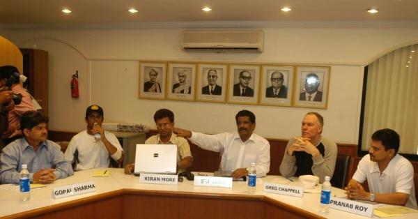 सेलेक्शन मीटिंग में किरन मोरे और प्रणब रॉय. साथ में हैं कप्तान राहुल द्रविड़ और कोच ग्रेग चैपल. (इस तस्वीर का इस कहानी से कोई लेना-देना नहीं है)