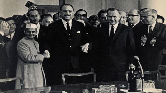 ये समझौते के समय की तस्वीर है. शास्त्री और अयूब