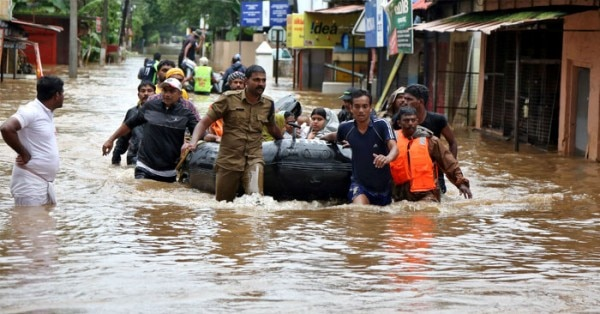 केरल में बाढ़ से बचाव कार्य की एक तस्वीर