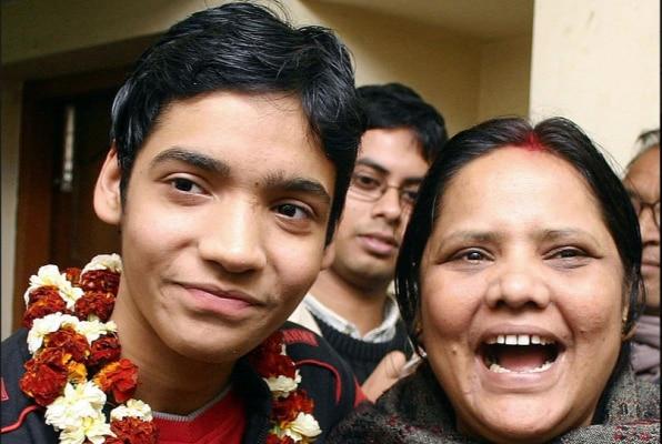 अपनी मां के साथ किसलय. अपहरण के बाद पुलिस ने उसे छुड़ा लिया था. बाद में अपहरण करने वाले को पुलिस ने एनकाउंटर में मार गिराया था. (Photo : Getty Images)