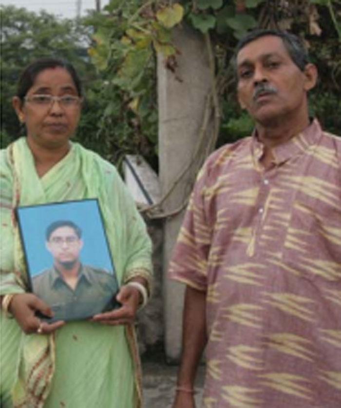 ये अरिंदम मन्ना के माता-पिता हैं. अरिंदम और रिज़वान की मौत में कई चीजें कॉमन थीं. हालात कहते थे कि ये हत्या हो सकती है. फिर भी इसे आत्महत्या का केस बताया गया (फोटो: इंडिया टुडे)