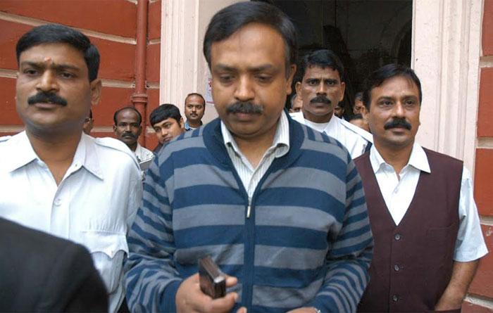 अजय कुमार उस समय कोलकाता पुलिस में DCP थे. इल्जाम है कि इन्होंने धमकी दी थी कि अगर प्रियंका अपने मां-बाप के पास नहीं लौटती, तो रिज़वान को अरेस्ट कर लिया जाएगा. CBI ने इनके ऊपर भी आत्महत्या के लिए उकसाने का केस चलाने को कहा था (फोटो: इंडिया टुडे)