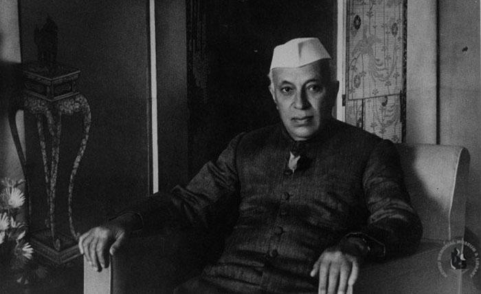 कश्मीर विवाद को UN ले जाने की सलाह माउंटबेटन ने दी थी. उनका मानना था कि दोनों देशों के बीच इस मसले पर जंग छिड़ सकती है. इसे रोकने के लिए UN का सहारा लिया जा सकता है. नेहरू शुरू में इसके लिए तैयार नहीं थे. बाद में वो मान गए (फोटो: नेहरू मेमोरियल लाइब्रेरी)