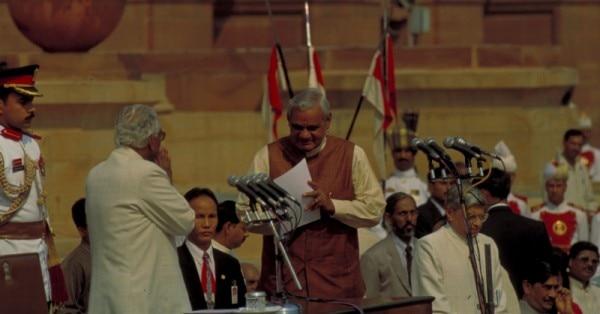 अटल बिहारी को प्रधानमंत्री पद की शपथ दिलाते हुए के आर नारायणन
