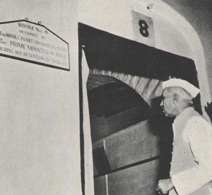 ये हैं नेहरू, अहमदनगर फोर्ट जेल में.