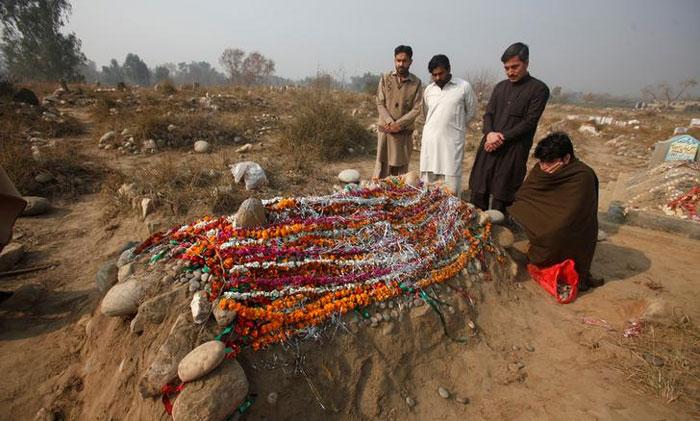 ये सरीर अहमद की कब्र है. ये पाकिस्तान में एक कॉलेज के प्रिंसिपल थे. किसी ने गोली मारकर उनकी हत्या कर दी. पुलिस ने कहा कि एक छात्र ने ही उन्हें गोली मारी. छात्र का कहना था कि सरीर अहमद ने ईशनिंदा की है (फोटो: रॉयटर्स)