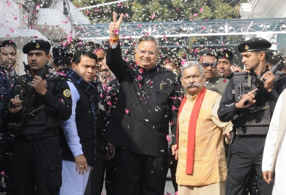 Newly elected Chhattisgarh Chief Minister Raman Singh receives grand welcome by party workers as he arrives for the BJP's Chief Ministers' conference at party office on December 24, 2013 in New Delhi. Photo by Yasbant Negi. Photo by Yasbant Negi