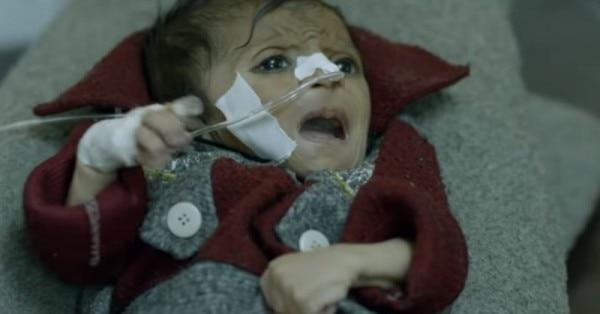 टाइगर्स फिल्म का एक दृश्य, जिसमें बेबी फ़ॉर्मूला के चलते पाकिस्तान में हो रही मौतों को दिखाया गया है.