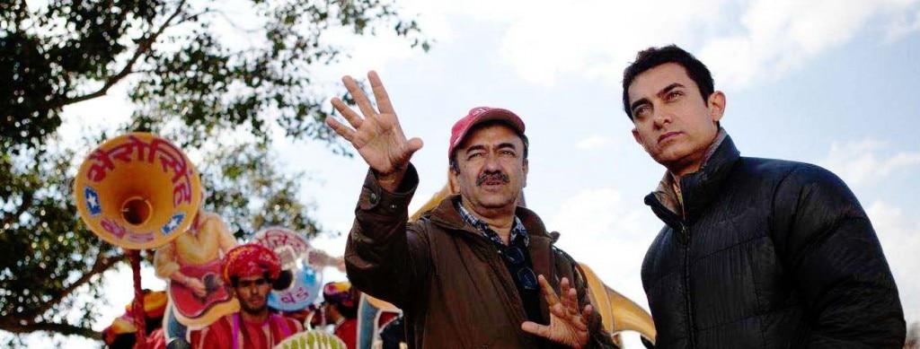 'पीके' के शूट के दौरान राजू और आमिर. (फोटोः राजकुमार हीरानी फिल्म्स)