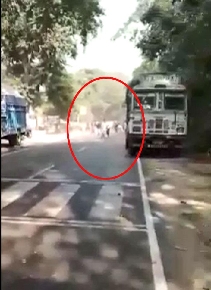 इस फ्रेम में हमको सड़के के एक ओर से भीड़ दौड़कर चौकी की तरफ आती दिखती है. इसी भीड़ के साथ वो लड़का भी दिखता है, जिसे आगे चलकर गोली लगती है.